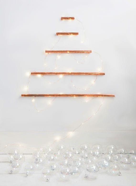 coole diy wanddeko für festliche weihnachtszeit basteln mit kantholz, lichterkette und transparenten glaskugeln