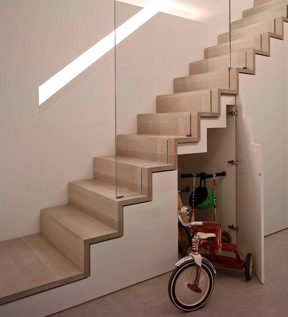 gerade treppe holz mit glasgeländer und treppenunterbau als platzsparende treppenlösung mit stauraum im flur