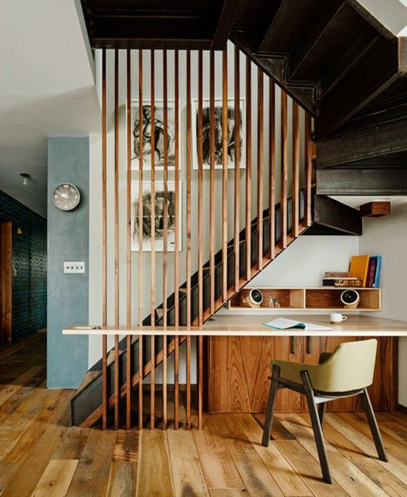 kleine maisonette-wohnung attraktiv gestalten mit wandfarbe blau, holzboden und platzsparende metalltreppe mit holzlatten-geländer und büroplatz mit schreibtisch darunter