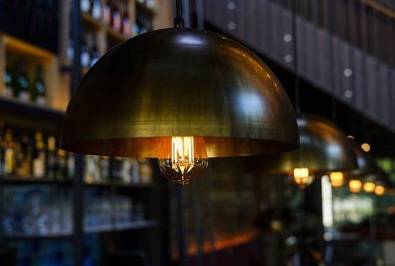 moderne pendelleuchten mit kupfer-lampenschirm und vintage led lampen für attraktive raumgestaltung und energieeffiziente beleuchtung