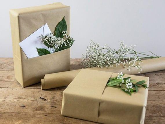 coole geschenkverpackung mit braunem packpapier und zusätzlicher Tasche für blundeko und grußkarte