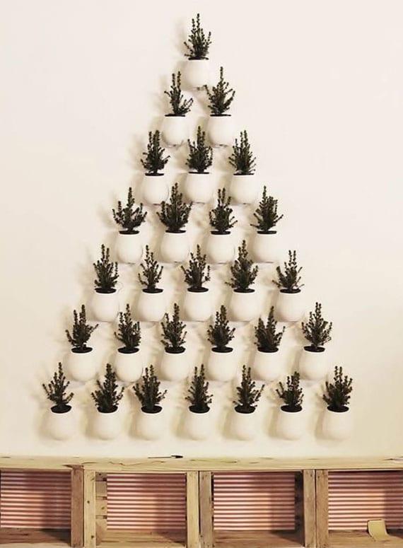 der weihnachtsbaum mal anders gestalten mit weißen wandtöpfen und sitzbank aus holzkisten für die weihnachtsgeschenke