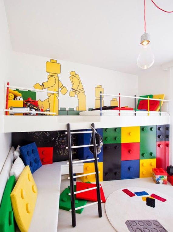 coole ideen für spielecke im kinderzimmer mit lego-wandaufkleber,kreidetafel, sitzbank und lego-kletterwand unter kinderhochbett mit leiter