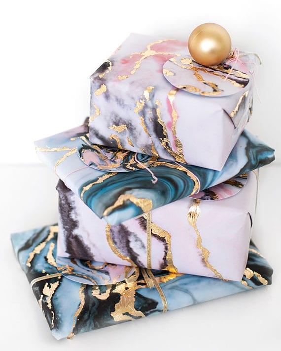 geschenke einpacken in selbstgemachte geschenkpapier mit marmor-textur und goldfolie