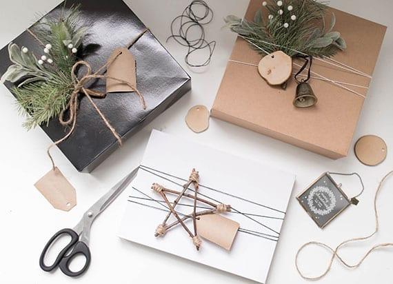 tolle geschenkverpackung für weihnachtsgeschenke mit kleinen holzscheiben, diy stern und immergrünen zweigen