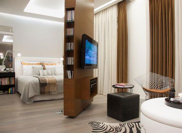 wohnungseinrichtung tipps für einraumwohnung_mini wohnung mit indirekter deckenbeleuchtung und drehbarer TV-Wand holz als Trennwand im wohnzimmer mit schlafbereich