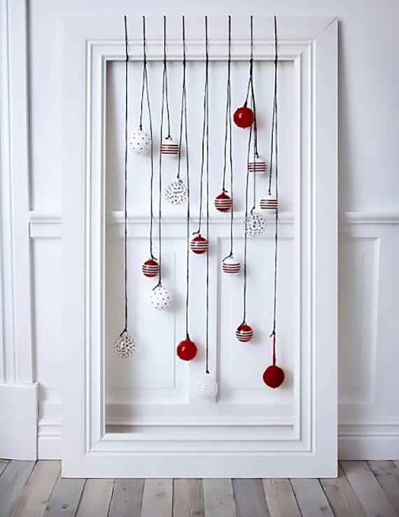 attraktive bastelidee für schöne alternative zum weihnachtsbaum mit grosßem holzrahmen weiß und roten kugeln