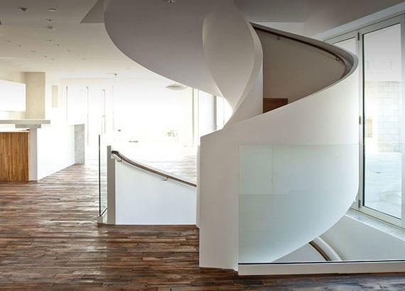 luxus haus mit offenem Wohn-essbereich, Parkettboden, platzsparender Wendeltreppe weiß mit holzstufen und glasgeländer als absturzsicherung