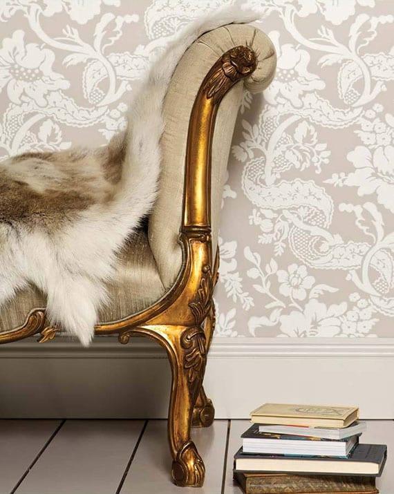 modernes Liegesofa im goldoptik mit Seidenstoff in beige und pelz für attraktive und luxuriöse wohnzimmereinrichtung im antiken wohnstil