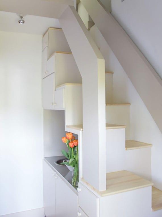 kreative und flächensparende treppenlösung mit raumspartreppe holz über küchenzeile in kleiner maisonette