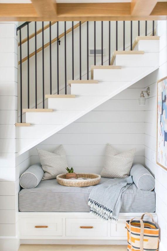 platzsparende wohnideen für optimalle raumnutzung unter treppe als gemütliche sitzecke mit schubladen