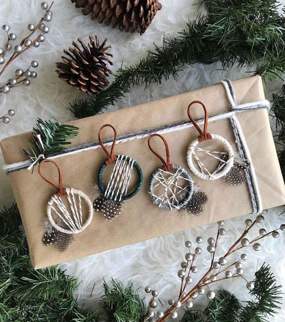 kleine traumfänger basteln als coole deko zu weihnachten und für attraktive geschenkverpackung