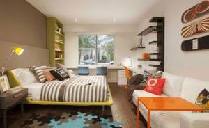 jugendzimmer modern gestalten und funktional einrichten mit schreibtisch vor dem fenster, sofabett weiß mit beistelltisch in orange,wandregalen in grün und braun, doppelbett grün, modernem teppich in blau und braun