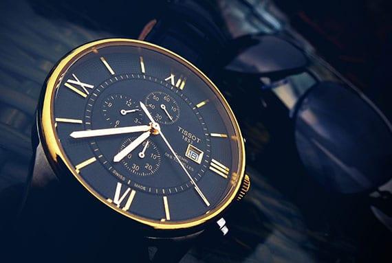 die uhr als wertvolles geschenk fürs ganze leben_tissot zeitmesser mit klassischem design,komplikationen und elegantem zifferblatt in schwarz und gold