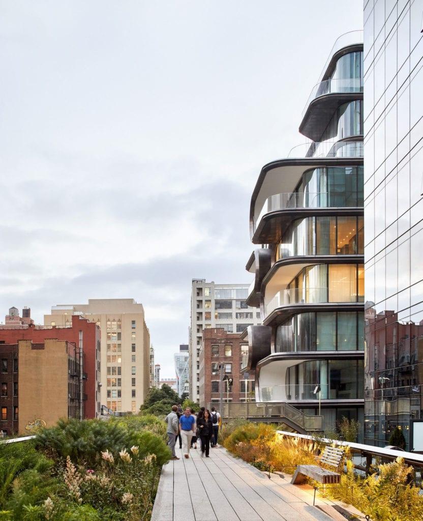 moderne wohngebäude mit dynamische Fassade aus fensterbändern, terrassen und metallenen Halbreliefs