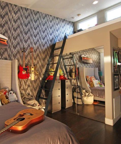 schöne teenager zimmer idee mit hochbett über einbaukleiderschrank mit spiegeltüren,bett mit kopfteil, akzentwand mit gemusterter tapette und wanddeko mit gitarren