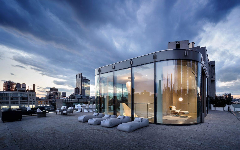 moderne maisonette mit rooftop-terrasse um verglasten Lounge-Bereich mit moderner Einrichtung aus Designer Gartenmöbeln