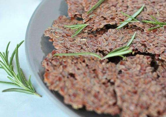 gesunde rezeptidee für kräcker aus leinsamen mit zotronensaft und rosmarin