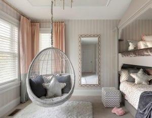einrichtungstipps-für-schöne-teenager-zimmer_modernes-mädchen-jugendzimmer-mit-etagenbett-und-hängestuhl