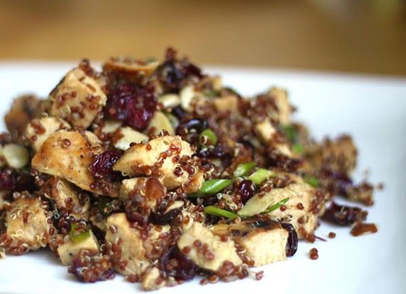 einfache rezeptidee für leichten Geflügelsalat mit Kränbeeren und Quinoa