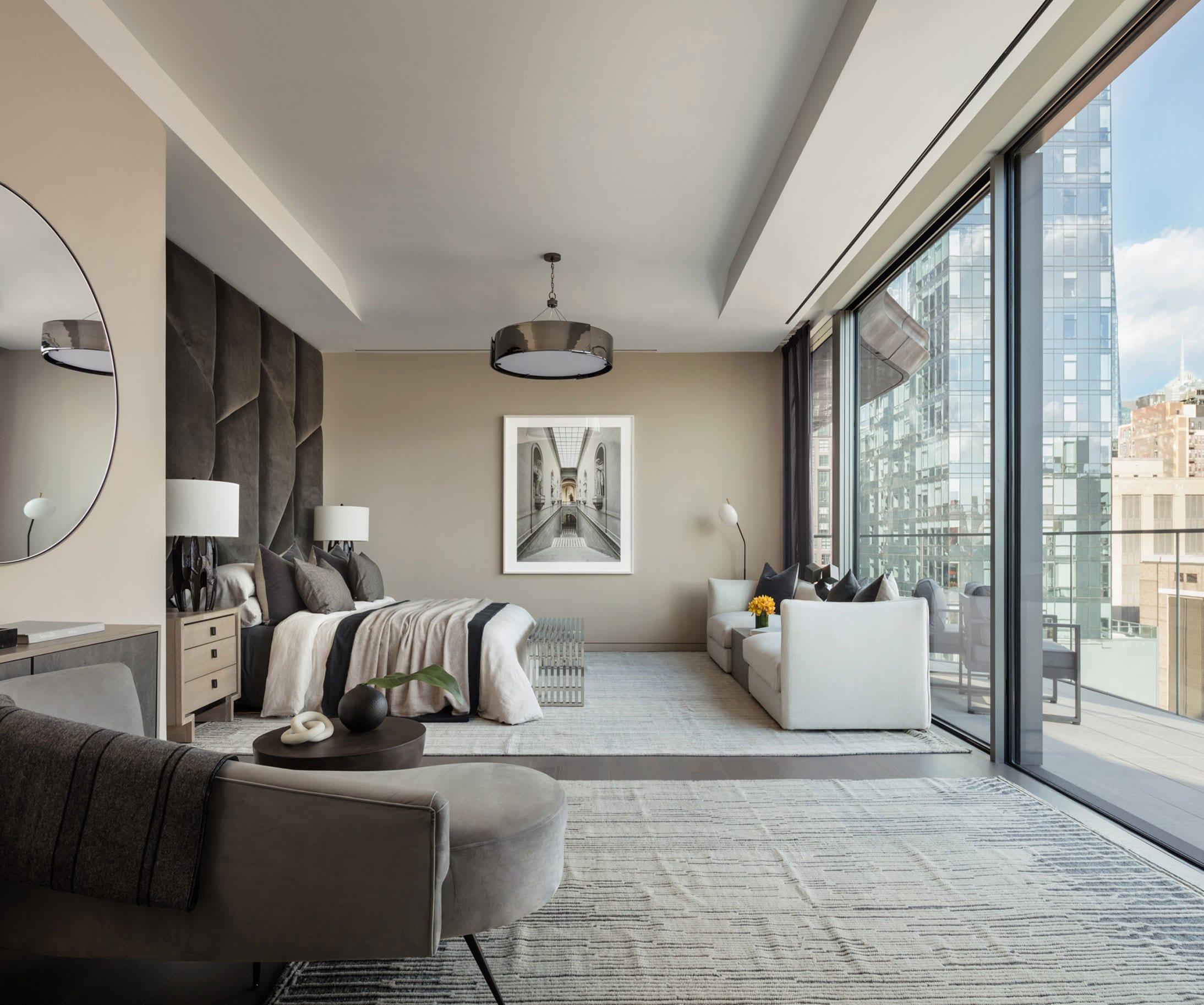 farbgestaltung schlafzimmer in beige und braun_moderne schlafzimmereinrichtung mit weißen teppichen auf dunklem holzboden, designersofa gerundet mit rundem beistelltisch, polsterbettkopfteil braun, holzsideboard mit rundem wandspiegel