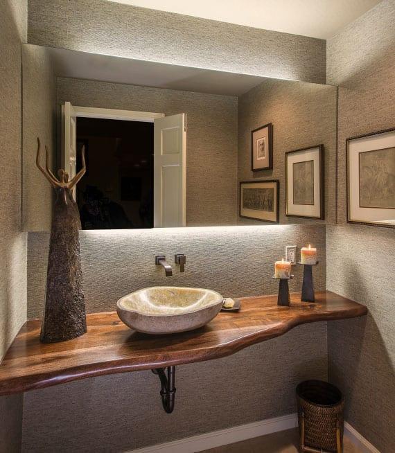 coole einrichtungsidee für moderne badezimmergestaltung kleiner bäder mit waschtisch aus massivholz,rundem aufsatzwaschbecken aus stein, badspiegel mit indirekter beleuchtung und wandverkleidung mit grauen tapeten