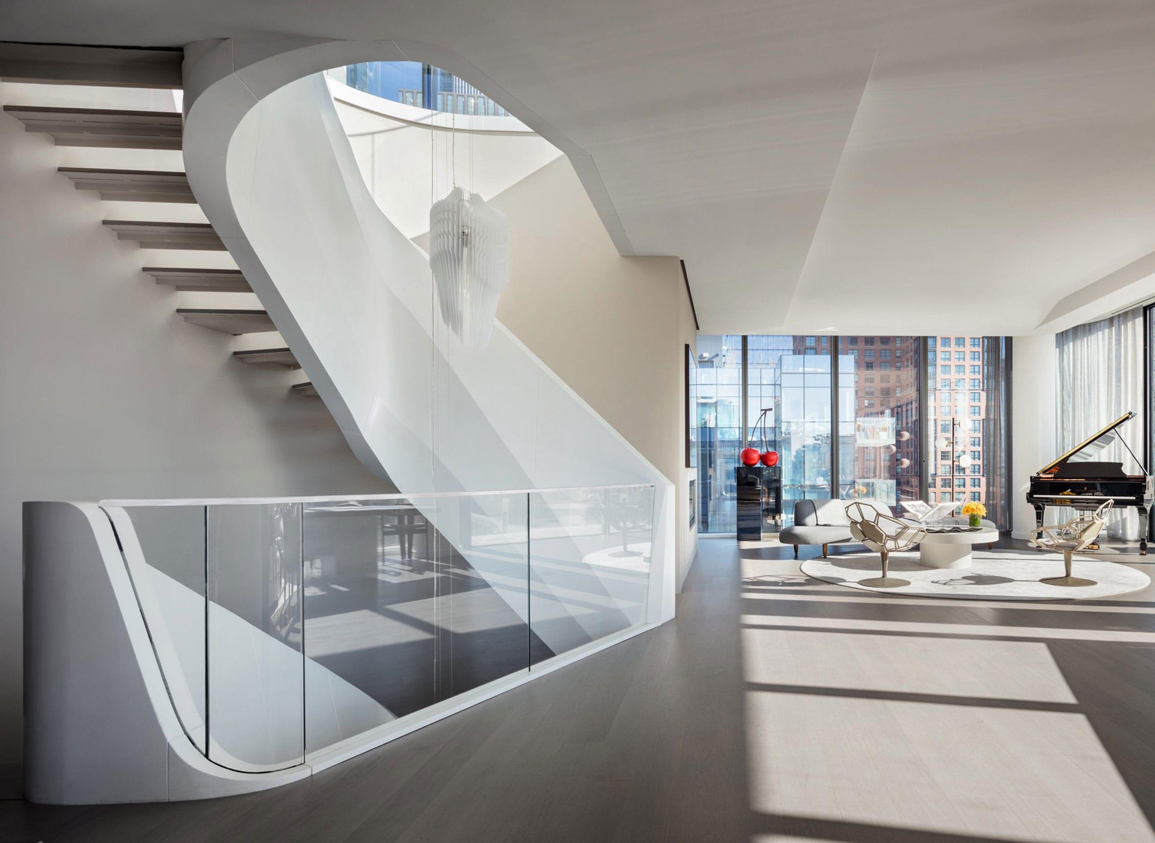 eine maisonette-traumwohnung mit offenem wohnzimmer und attraktiver innentreppe mit geländer aus glas und weißem metall in hochglanz
