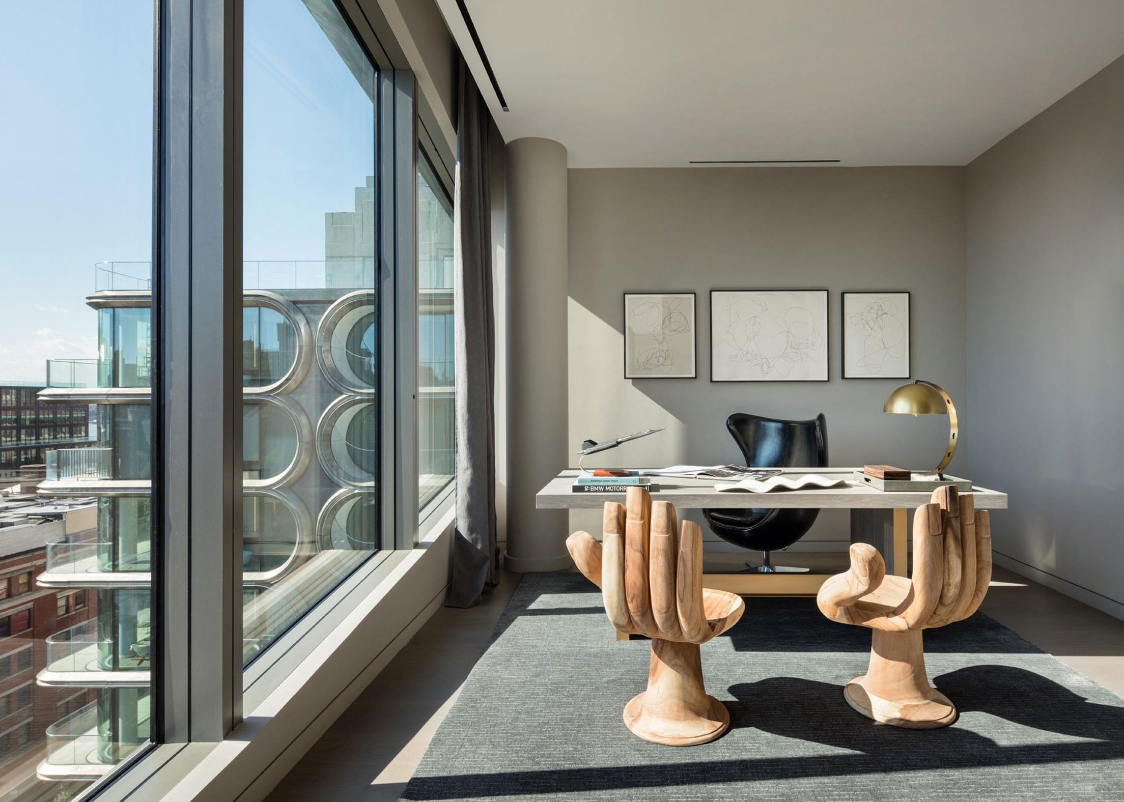 tolle idee für moderne homeoffice-einrichtung und farbgestaltung in beige mit weißem bürotisch, lederstuhl schwarz und skulpturstühlen in form von Hand