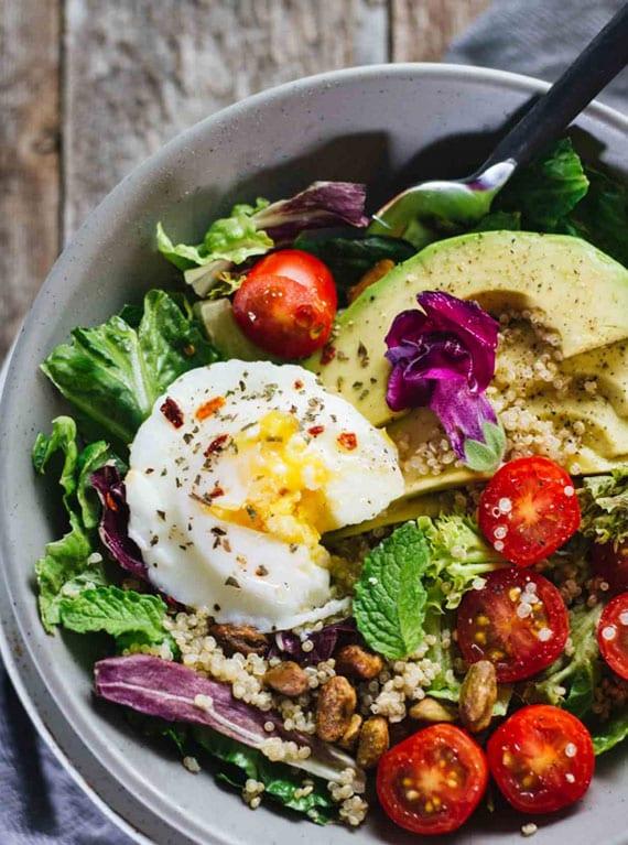 detox-rezept für leckeren Salat mit avocado, tomaten,pochiertem ei,kopfsalat und quinoa