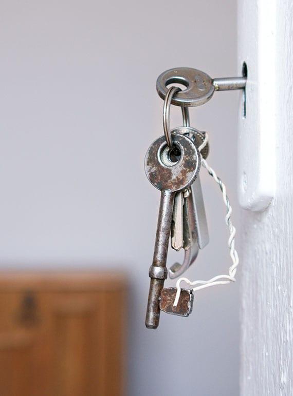 wie kann man eine zugefallene tür öffnen, wenn der Schlüssel im Schloss steckt