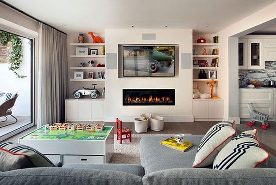 moderne einrichtungsidee für offenes wohnzimmer mit wohnküche, ecksofa und tv-wand mit kamin und wandregalen
