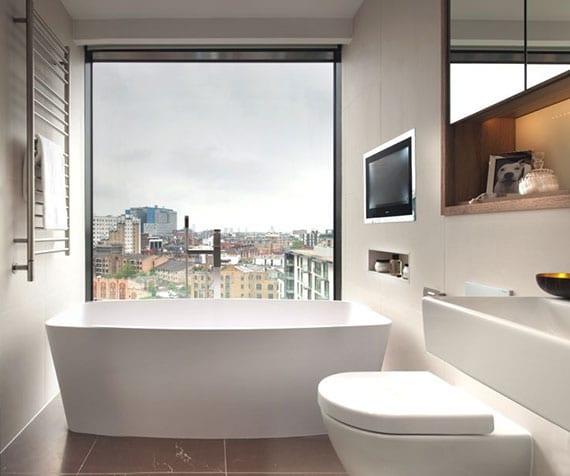 kleines bad in wohlfühloase verwandeln dank moderner badausstattung mit fernsehr, einbau holzschrank mit spiegeltüren und indirekter beleuchtung, modernem waschtisch und heizhandtuchhalter