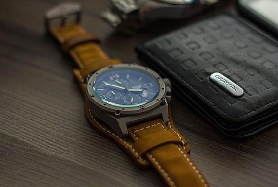 luxus-herrenuhr mit lederarmband aus velours in dunkelgelb, dickem uhrengehäuse grau und vier komplikationen
