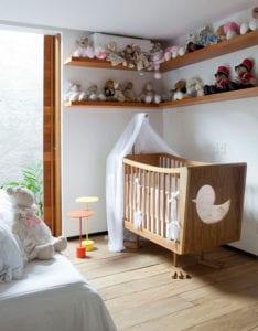 Babyzimmer-mit-rustikalem-Charme_Ideen-für-moderne-Schlafzimmer-mit-Kindermöbeln-aus-Holz