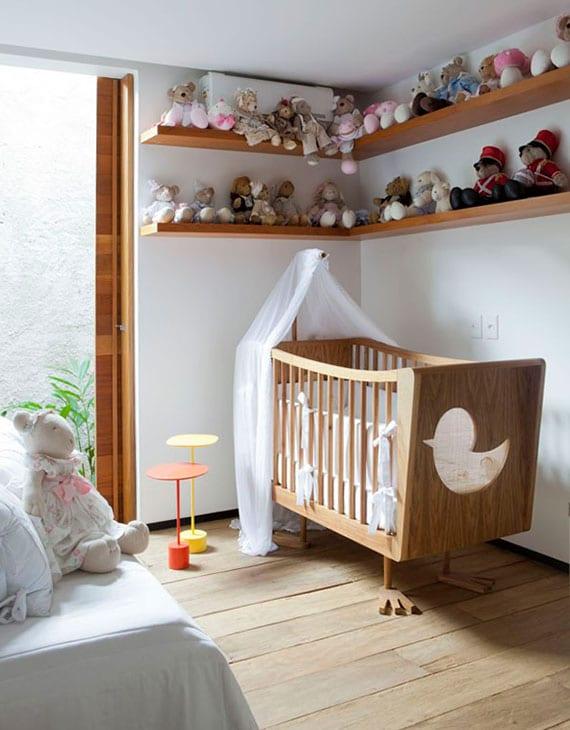 modernes Kinderzimmer mit echtholzboden, eckwandregalen und designer-gitterbett aus holz
