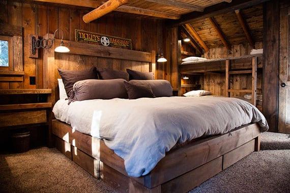 kleines schlafzimmer im Landhausstil mit doppelbett und ettagenbett aus massivholz, teppichboden, kleinen fenstern, vintage-wandleuchten und holzwandverkleidung