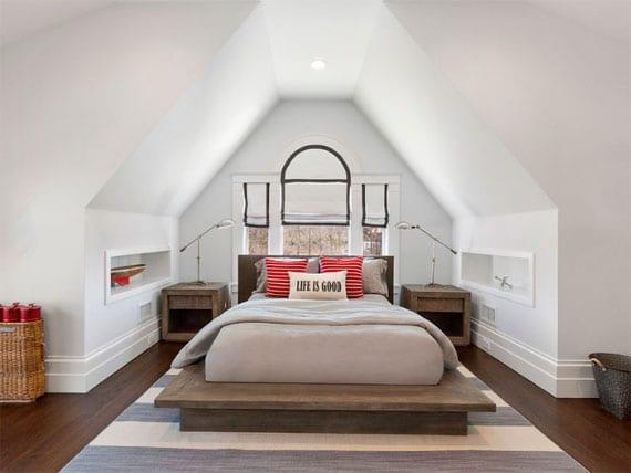 idee für moderne schlafzimmergestaltung mit akzenten im holz, rot und blau_kreative einrichtung kleiner schlafzimmer im dachgeschoss mit dachgaube, einbauwandregalen und holzbett mit nachttischen vor fenster