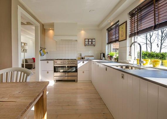 moderne helle küche gestalten in holz, beige und weiß_küchenschränke aufräumen und fenster richtig putzen