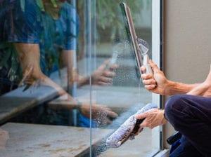 glas-reinigen-ohne-streifen_putztipps-für-richtige-wohnungsreinigung