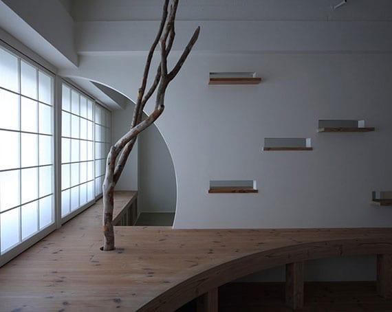 kleines apartment kreativ einrichten mit holzmöbeln, wandöffnungen mit holzregalen und treibholz als zimmerdeko
