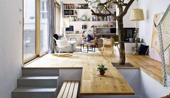 originelle-raumteilung-und-modernes-interior-design-mit-holz-und-lebendem-baum-für-kleine-maisonett-wohnungen-und-engen-häuser