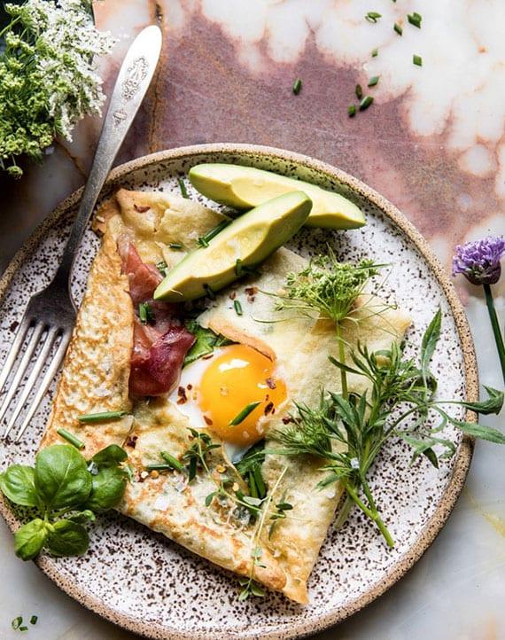 einfache rezeptidee für Crêpe mit avocadom, parmaschinken und ei als leckeres frühstück oder late brunch