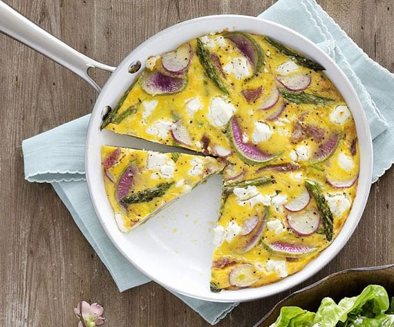 osterbrunch rezeptideen_leckere Frittata mit Frühlingsgemüsen, Ziegenkäse und Schinken