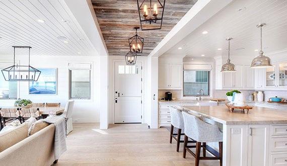 Raumtrennung-im-Wohnbereich-durch-stilvolle-Deckenverkleidung-mit-Holzpaneelen