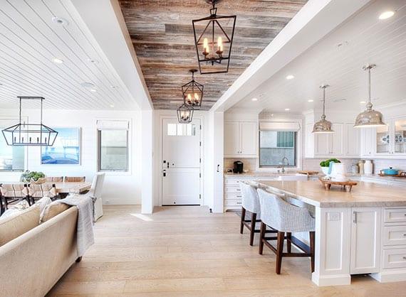 effektvolle deckengestaltung im offenen wohnesszimmer mit klassischer kücke in weiß