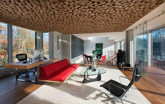 modernes Homeoffice Interior Design mit Glaswänden, Parkettboden, kreativer Deckengestaltung mit Akustikpaneelen aus holz, designer bürotisch holz und sitzecke kunden mit ledersofa rot