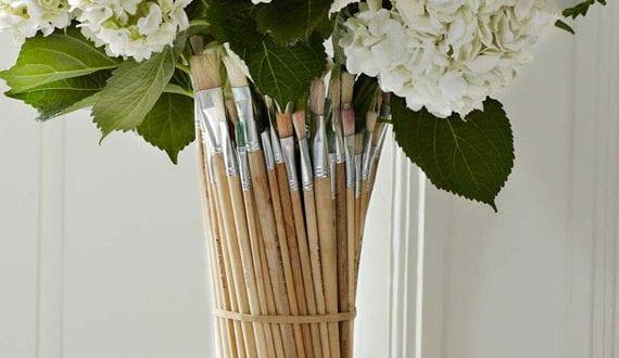 attraktive-diy-blumenvase-aus-pinseln-als-idee-für-kreative-Wiederverwertung-alter-Sachen