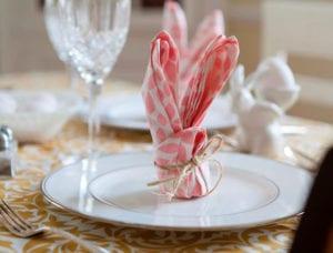 ostertisch-platzteller-kreativ-deckorieren-mit-osterhasen-aus-bunten-servieten