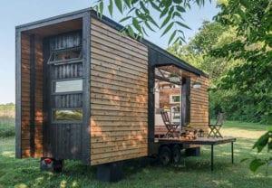 tiny-houses_moderne,vorgefertigte-kleine-wohungen-auf-rädern-für-unabhängiges-Leben-auf-der-grünen-Wiese