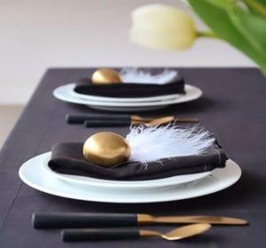 tisch-eindecken-zu-ostern-in-schwarz-und-gold_einfache-und-moderne-platzteller-osterdeko